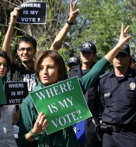 """""""Change Iran: Go Green"""". Libertiamo veste il colore della protesta"""