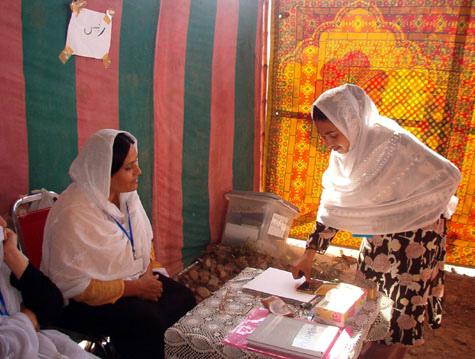 L'Afghanistan al voto: la democrazia versa inchiostro, i talebani sangue
