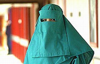 Due modi per essere contro il burqa e due modi per far finta di niente