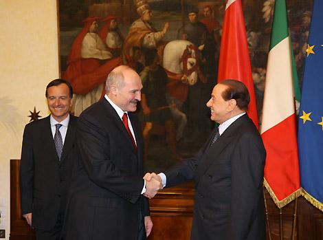 Berlusconi e Lukashenko: quanto costa e quanto rende la politica dello scambio coi dittatori?