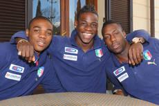 Balotelli, Ogbonna e Okaka cantano Fratelli d'Italia. L'italo-argentino Schelotto no