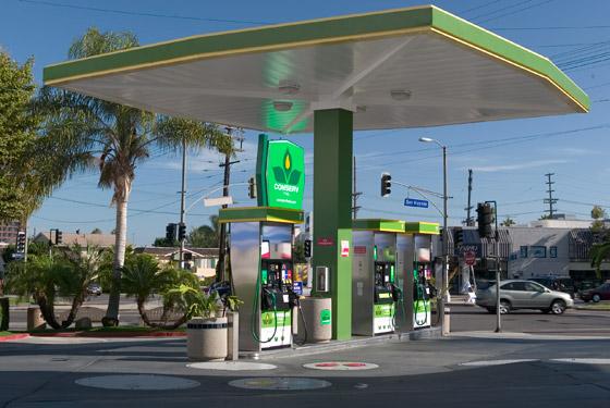 La concorrenza promette benzina meno cara e qualche comodità in più