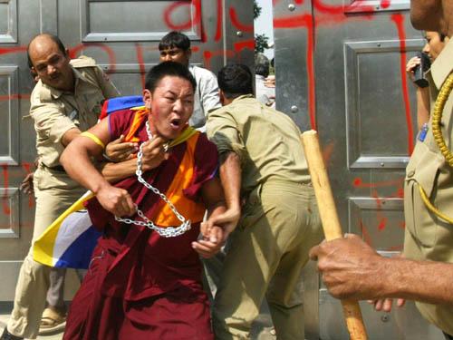 Gli studenti protestano per difendere la propria esistenza. Ma in Tibet