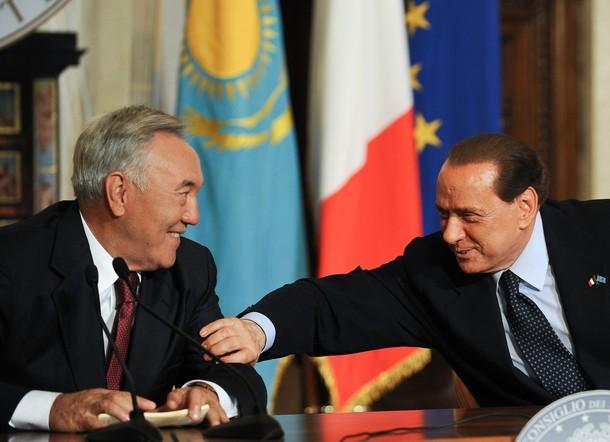 Il Cav. porta i suoi rispetti al capo-mafia della politica kazaka